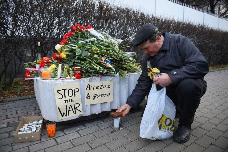 Rosjanie składają kwiaty w Moskwie