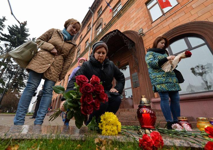 Białorusini przed ambasadą Francji w Mińsku, fot. AFP