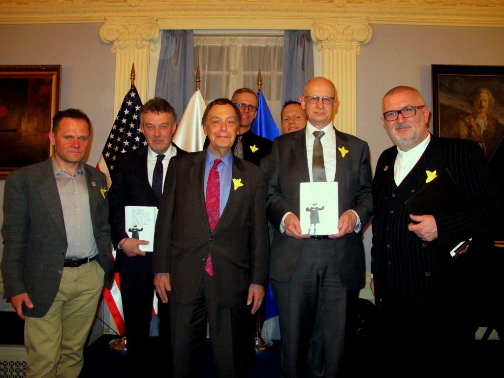 Na zdjęciu od lewej: Krzysztof Burnetko, ambasador Ryszard Schnepf, Jerome Barry, Dariusz Skoraczewski (wiolonczelista), Michael Sheppard (pianista), wiceminister spraw zagranicznych Marek Ziółkowski i Witold Bereś.